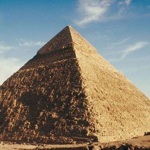 Les pyramides ont plusieurs faces mais un seul sommet.